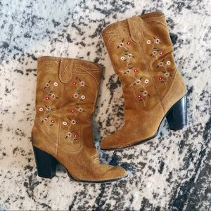 🌸🌵floral embroidered cowgirl boots🌵🌸